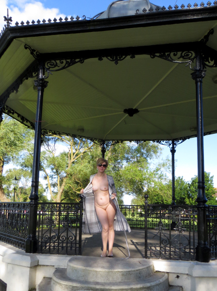 ModestyBandstand2